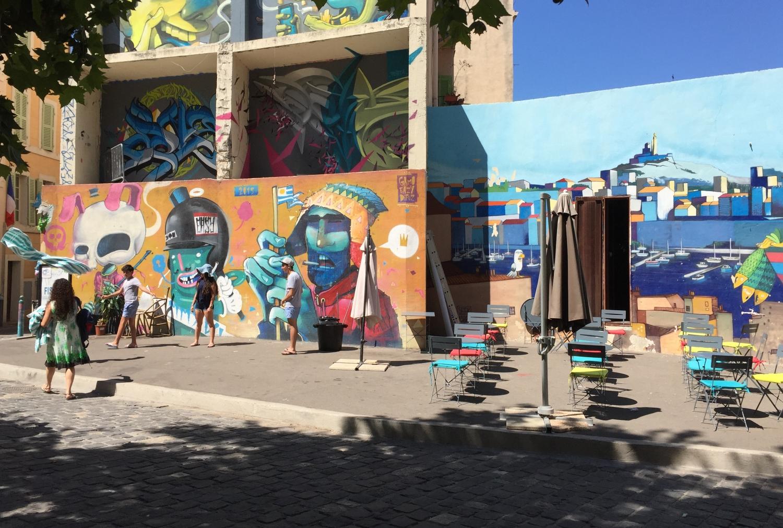 Bunte Hauswände und nette Cafés im Panier-Viertel